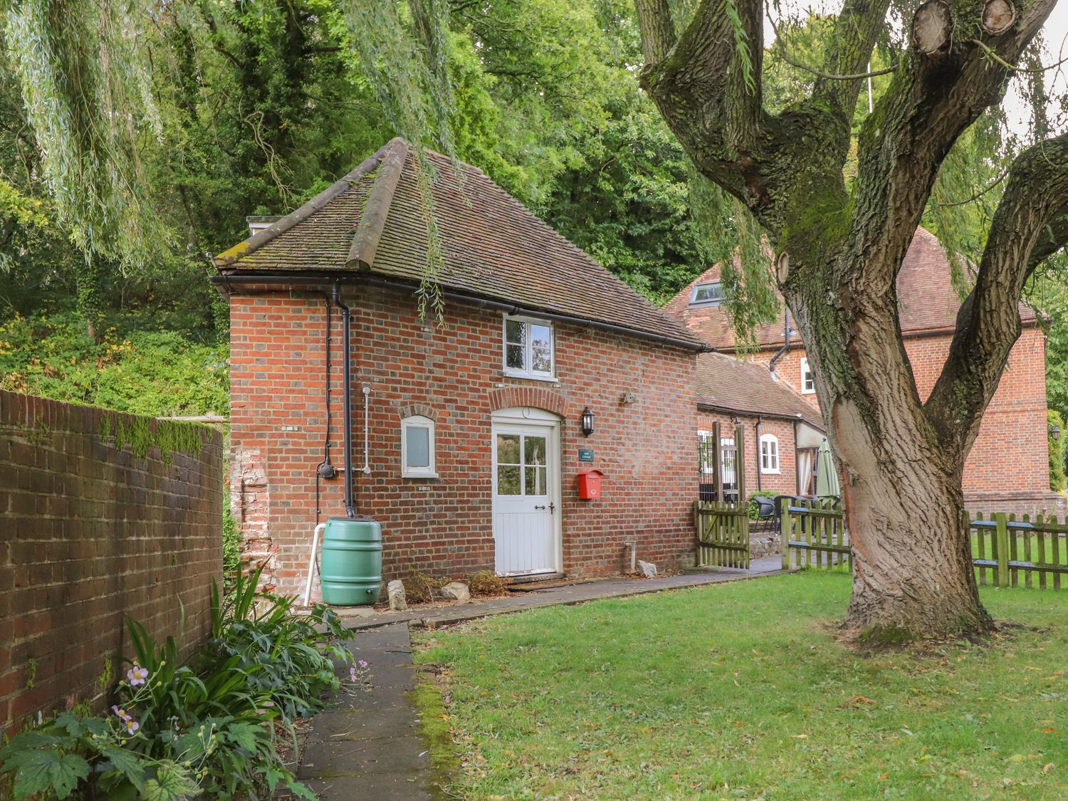 Holiday Cottages in Kent: Weir Cottage, Hollingbourne | Sykes Cottages