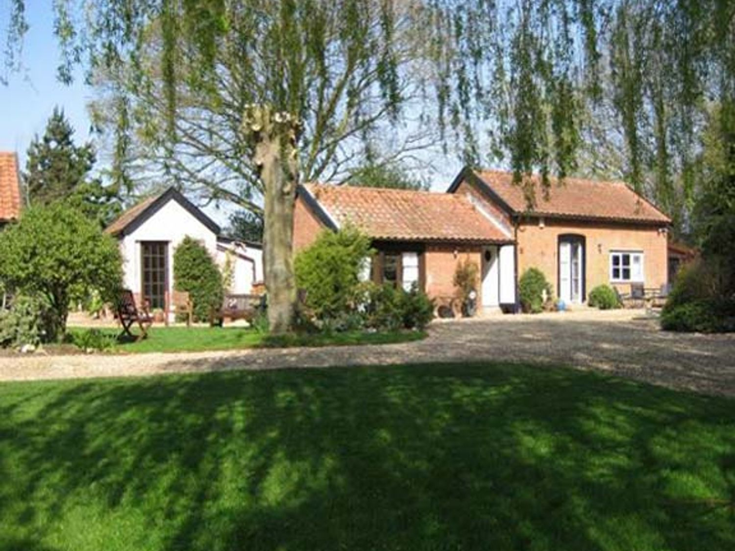 Holiday Cottages in Suffolk: Daffodil Cottage, Waldringfield | sykescottages.co.uk