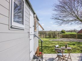 Meadow View Shepherd's Hut - Shropshire - 1002777 - thumbnail photo 4