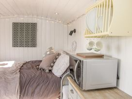 Meadow View Shepherd's Hut - Shropshire - 1002777 - thumbnail photo 9
