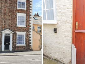 11 Church Street - Whitby & North Yorkshire - 1005355 - thumbnail photo 2
