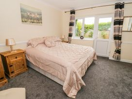 Beach Apartment - North Wales - 1010136 - thumbnail photo 10