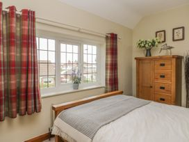 Stakesby House Apartment 3 - Whitby & North Yorkshire - 1017003 - thumbnail photo 10