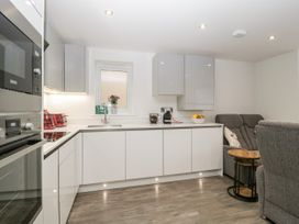 Flat 2, 38 Preston Road - Dorset - 1037083 - thumbnail photo 10