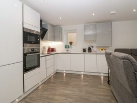 Flat 2, 38 Preston Road - Dorset - 1037083 - thumbnail photo 11