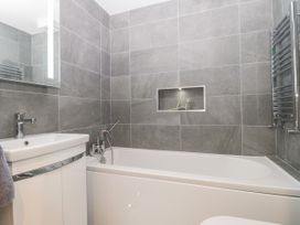 Flat 2, 38 Preston Road - Dorset - 1037083 - thumbnail photo 15