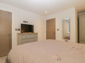 Flat 2, 38 Preston Road - Dorset - 1037083 - thumbnail photo 19