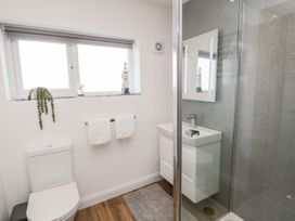 Benllech Bay Apartment 2 - Anglesey - 1045483 - thumbnail photo 18