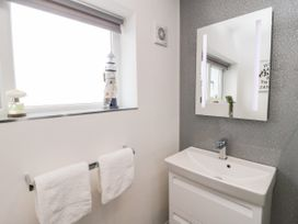 Benllech Bay Apartment 2 - Anglesey - 1045483 - thumbnail photo 19