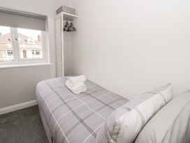 Benllech Bay Apartment 2 - Anglesey - 1045483 - thumbnail photo 9