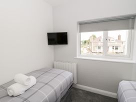 Benllech Bay Apartment 2 - Anglesey - 1045483 - thumbnail photo 10
