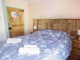 Old Railway Inn Cottage - South Wales - 1045486 - thumbnail photo 9
