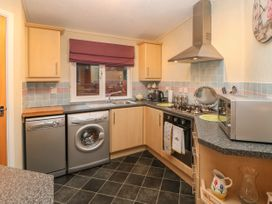 Honeysuckle Lodge - Whitby & North Yorkshire - 1060698 - thumbnail photo 8