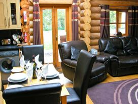 Cedar Log Cabin, Brynallt Country Park - Shropshire - 3623 - thumbnail photo 5