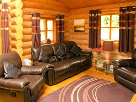 Cedar Log Cabin, Brynallt Country Park - Shropshire - 3623 - thumbnail photo 2
