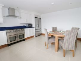 Beach House Apartment - Anglesey - 917769 - thumbnail photo 5