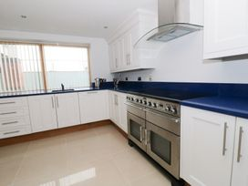 Beach House Apartment - Anglesey - 917769 - thumbnail photo 7