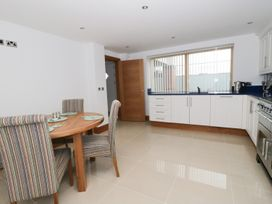 Beach House Apartment - Anglesey - 917769 - thumbnail photo 8