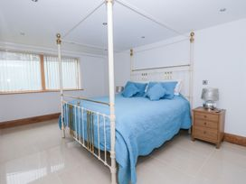 Beach House Apartment - Anglesey - 917769 - thumbnail photo 15