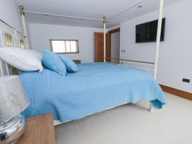 Beach House Apartment - Anglesey - 917769 - thumbnail photo 16