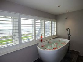 Sea View Apartment - North Wales - 924749 - thumbnail photo 12