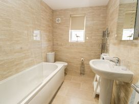 Manor Heath Apartment 2 - Whitby & North Yorkshire - 958913 - thumbnail photo 16