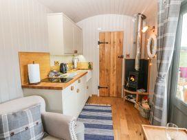 Cassie's Shepherd's Hut - Anglesey - 965877 - thumbnail photo 3