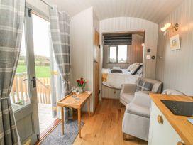 Cassie's Shepherd's Hut - Anglesey - 965877 - thumbnail photo 5