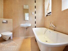 Azure Apartment - Dorset - 993969 - thumbnail photo 8