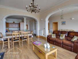 Beach View Apartment 2 - Dorset - 993988 - thumbnail photo 2