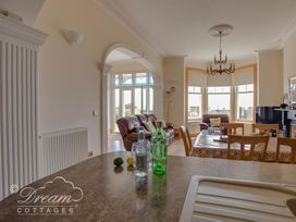 Beach View Apartment 2 - Dorset - 993988 - thumbnail photo 6