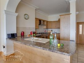 Beach View Apartment 2 - Dorset - 993988 - thumbnail photo 7