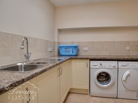 Beach View Apartment 2 - Dorset - 993988 - thumbnail photo 27