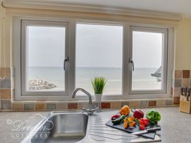 Beach View Apartment 4 - Dorset - 993990 - thumbnail photo 2
