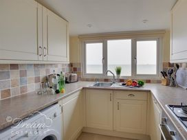 Beach View Apartment 4 - Dorset - 993990 - thumbnail photo 5