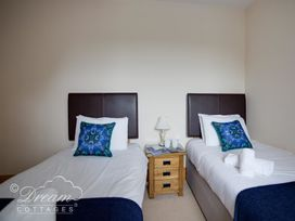 Beach View Apartment 4 - Dorset - 993990 - thumbnail photo 12