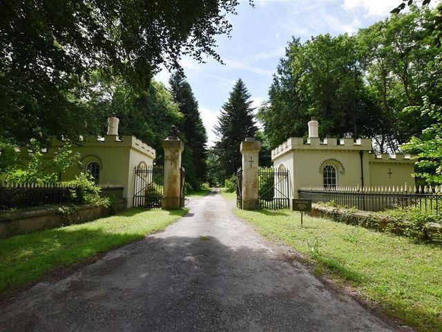 West Lodge Gatehouse - 1035742 - photo 1