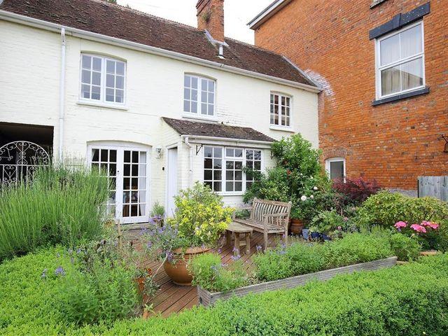 THE MEWS COTTAGE, Tisbury, Wiltshire Cottages