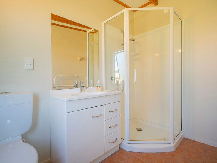 Bathroom 1/Ensuite
