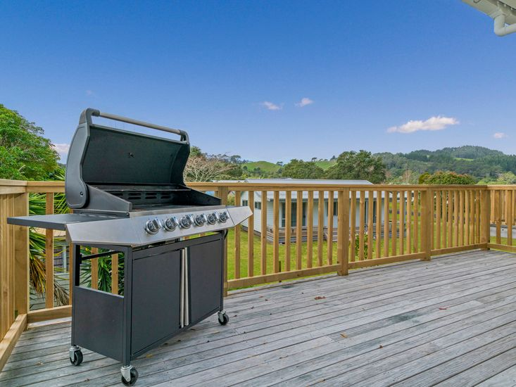 Outdoor Dining & BBQ Area on Upper Deck