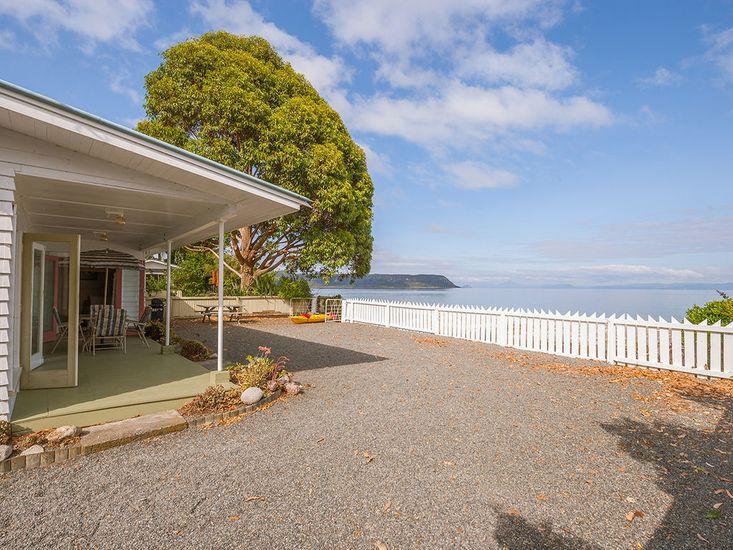 Lake Edge Cottage - Waitahanui Holiday Home