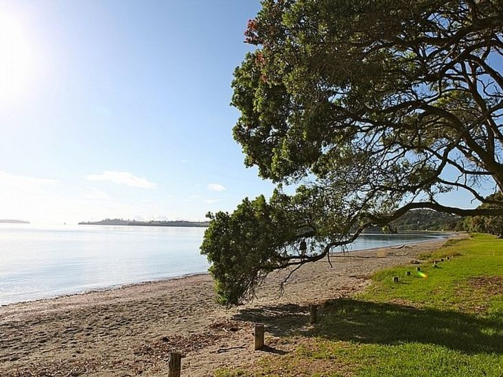 Tamatea Tides - Snells Beach Holiday Apartment - Beach In Front of Apartment