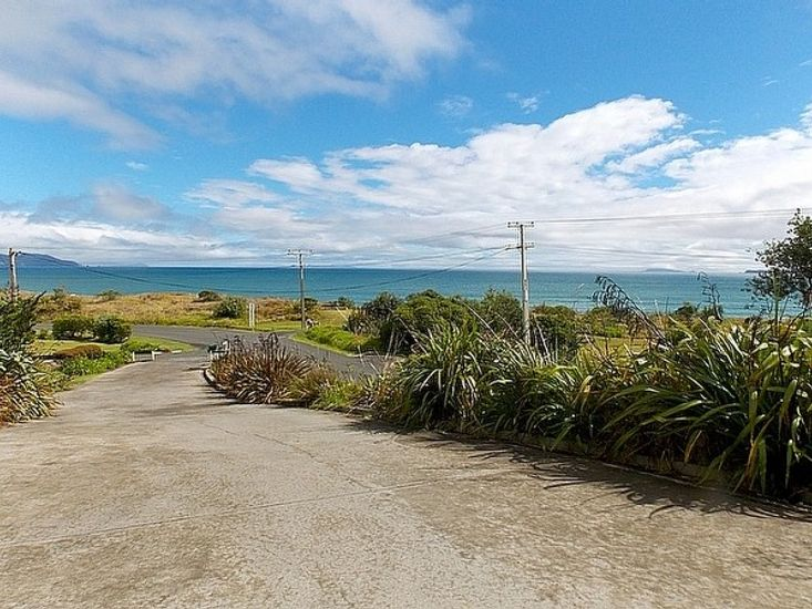 Eastwood Bach - Rings Beach Holiday Home - Driveway