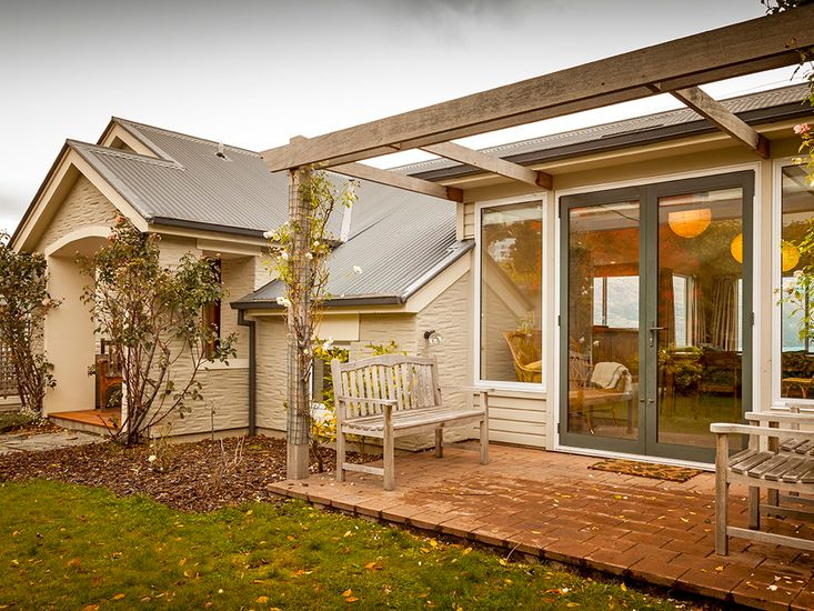 Queenstown Peaks - Queenstown Holiday Home - Exterior and Patio
