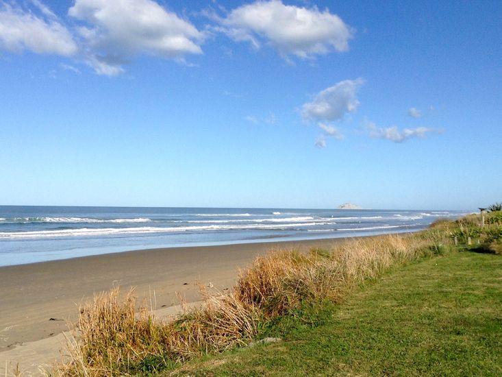 Kiwiana Bach - Ocean Beach Bach - Beachfront Views