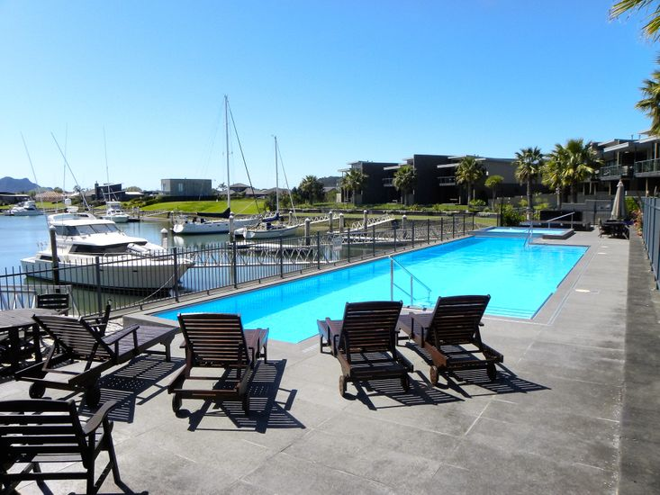 Whiti Wind Down - Whitianga Holiday Apartment - Poolside