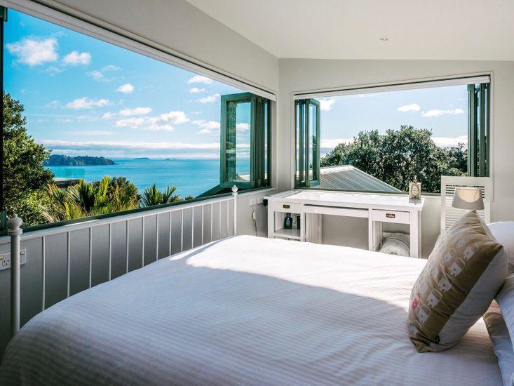 Belle Point Waiheke - Ontangi Holiday Home - Bedroom 1