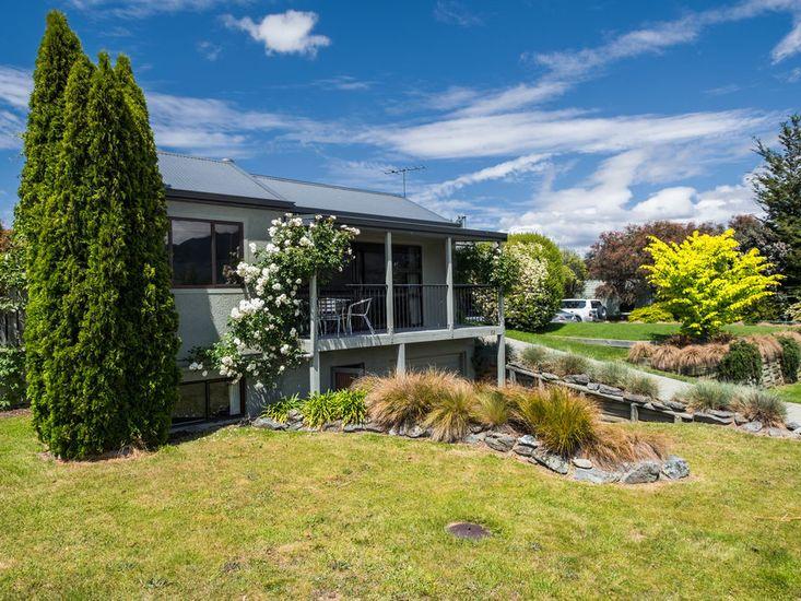 Lake and Mountain Views - Wanaka Holiday Home