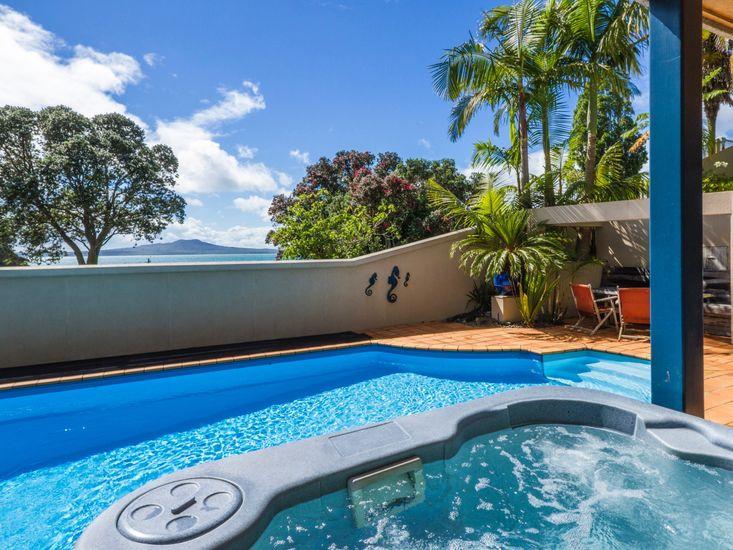 Beachside Holiday - Castor Bay Holiday Apartment