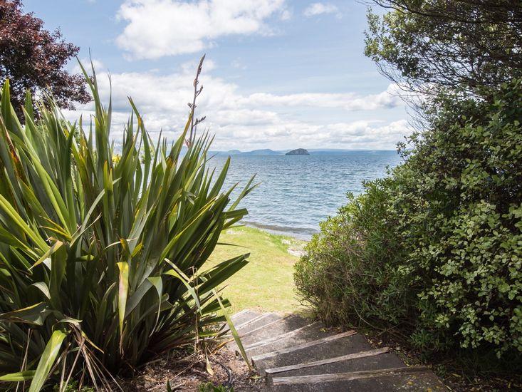 Lakeside Beauty - Hatepe Holiday Home - Steps to Lake